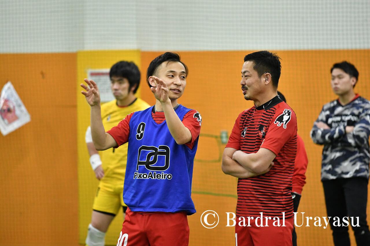 試合中にコミュニケーションをとるデフ選手